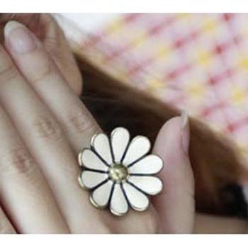 Cream Daisy Ring