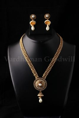 royal looking necklace with earrings