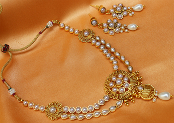 goldplated whitecolour necklace set