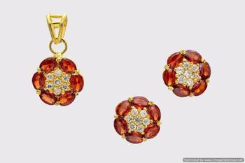 BEAUTIFUL OVAL STONES STUDDED FLOWER LOCKET SET WITH EARRINGS (AD ENGLISH GARNET) - PCL1033