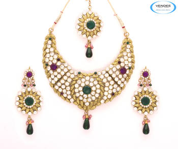 Eye-catchy diamonds necklace set