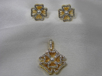 Beautiful Flowery Pattern Pendant Set with matching Earrings.