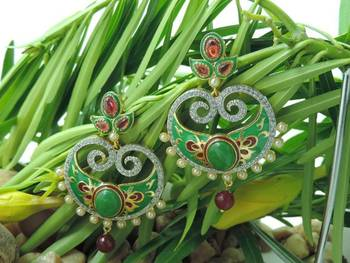 Exclusive Mee0kari Red and Green Ad Earrings