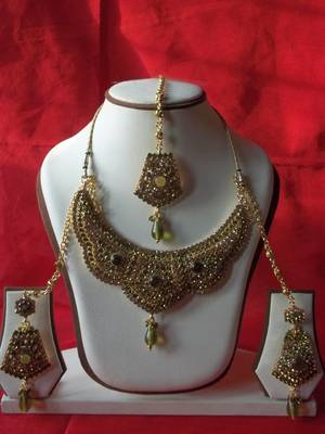 indian bridal lemon stone studded necklace with matching earrings and maang teeka