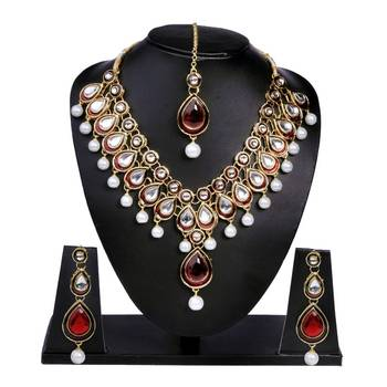 The Red Kundan and the pearls